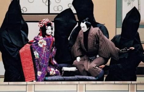 Bunraku - viena japoniško teatro formų. Juodai apsirengę lėlininkai čia valdo stilizuotas lėles.