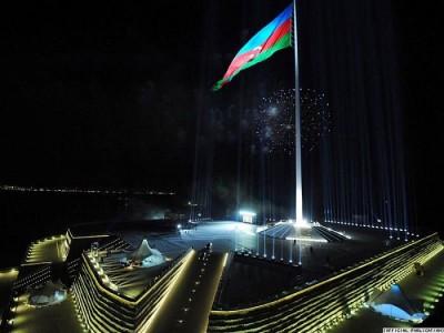 Aukščiausias pasaulyje vėliavos stiebas Azerbaidžane (162 m) ir Nacionalinės vėliavos aikštė